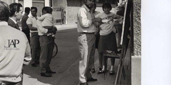 1967 – 9° Premio Bice Bugatti 002 pittore Marco Crippa angolo via Roma e piazza Marconi – Archivio foto LAP – Copy (2)