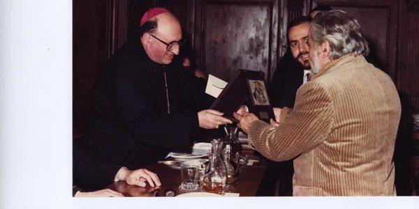 1980 – abate di Subiaco Stanislao Andreotti consegna a Viviani targa d'argento – dietro Viviani organittarore mostra Rudy Margara – Archivio Barzaghi