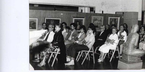 1983 – premiazione Premio Bice Bugatti – in prima fila signora Mastrolonardo e Gianfranco Borsa. Sullo sfondo la mostra Anni Trenta – archivio Laura Barzaghi
